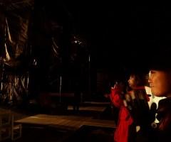 なり止まぬ拍手と、スタンディングオベーションの中、3回目のカーテンコールでスタッフも舞台に上がる。