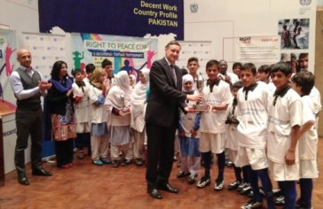 H.E. Dr. Cyrill Nunn, Ambassador of Germany, awarding Trophy to the winning team.