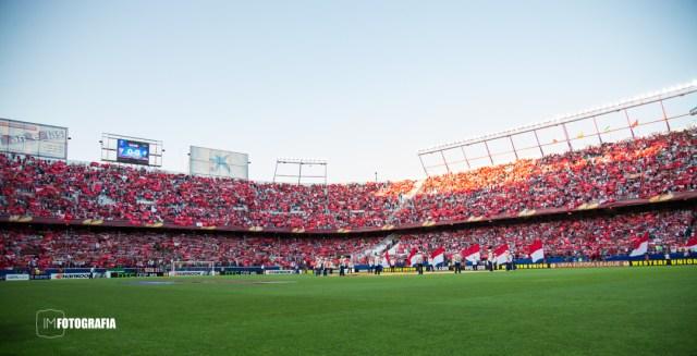 Esta fotografía esta realizada a 24mm, abarcando mucho estadio para sacar el ambiente previo al partido.