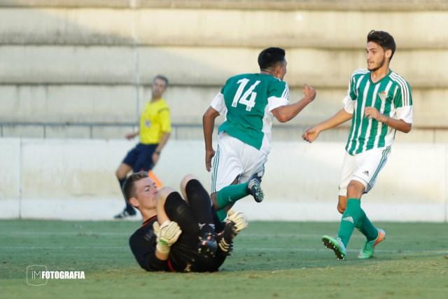 Celebración del gol de Toni Segura.