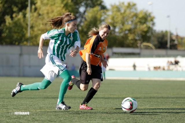 Una jugadora verdiblanca avanza por la banda.