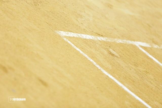 Detalle de una marca de una bola en la tierra batida.