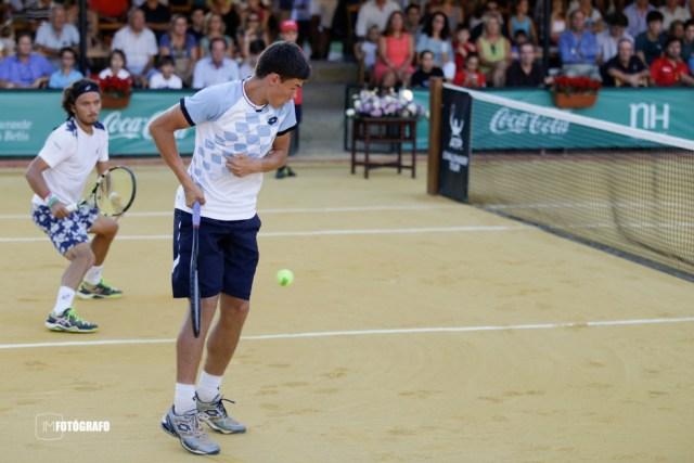 El polaco Kamil Majchrzak devuelve una bola.