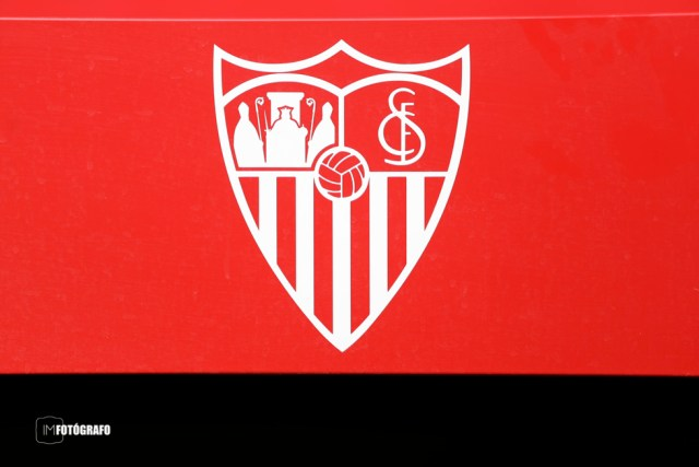 Escudo en el banquillo del estadio.