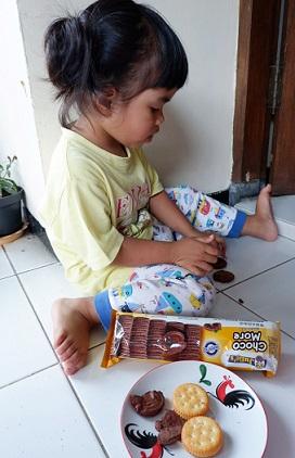 makan biskuit julies choco more