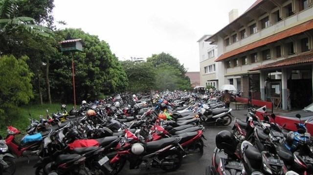 Lokasi parkir yang terdapat di depan Fakultas Pendidikan Teknologi dan Kejuaran (FPTK) UPI yang nampak padat dan dikeluhkan oleh mahasiswa.