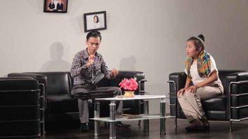 Elga dengan seorang makelar sedang membincangkan perkawinan di ruang tamunya, yang dipentaskan pada pagelaran sastra Departemen Bahasa dan Sastra Indonesia di Auditorium A FPSD UPI, Rabu (11/5). Acara tersebut adalah acara rutinan setiap tahun, sebagai salah satu pemenuhan tugas mata kuliah bagi mahasiswa semester IV. (isolapos.com/Prita Kartika P)