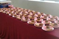 Takjil di Selasar akhwat masjid Al-Furqon UPI. Setiap harinya, DKM Al-Furqon UPI menyediakan sekitar 200 takjil sebagai awal berbuka puasa sekaligus menyambut bulan Ramadan 1437 H. (isolapos.com/Argia Fadillah)