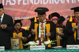 Rektor bersama Ketua MWA dan Ketua SA memanjatkan doa. (isolapos.com/M. Ikhsan)
