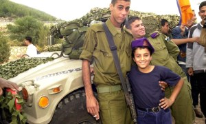 Flickr_-_Israel_Defense_Forces_-_Bedouin_Soldier_with_Schoolchild