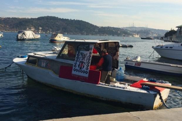 Café im Boot auf dem Bosporus