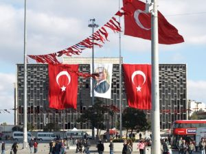Taksimplatz mit rot-weißem Flaggenschmuck