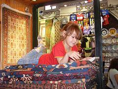 Kleine Touristen als Teppichhändler