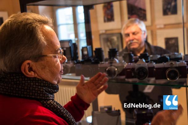 Hans D. Wirtz und Rainer Ludat von der Fotogruppe Edingen zeigen neben Fotos von 15 Clubs der Region auch historische Fotoapparate.