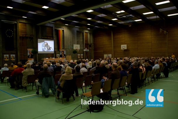Die Lobdengauhalle ist relativ gut gefüllt. Unter dem überwiegend älteren Publikum befinden sich auch einige Jugendliche.