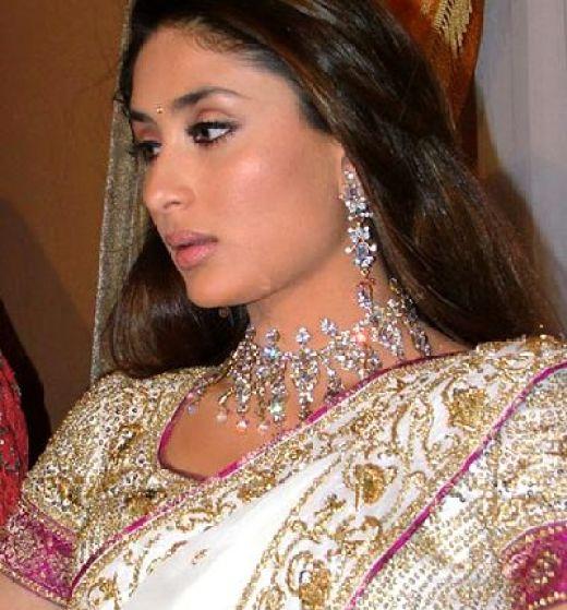 kareena-kapoor-wedding-mehndi-mayo-wedding-dress-2012-picture