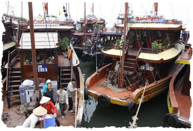 we_meren_aan_._gewoon_de_boot_parkeren_tegen_en_tussen_andere_boten