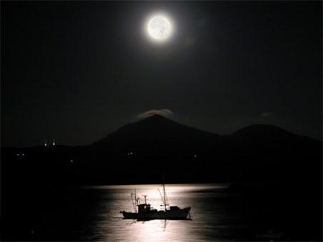 δυο άνθρωποι κοιτάζουν το ίδιο φεγγάρι