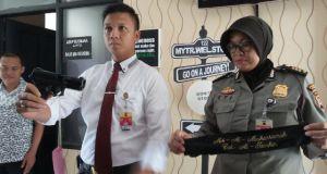 Kasatreskrim Polres Bandung AKP Niko N. Adi Putra memerlihatkan barang bukti yang digunakan pelaku perampokan, dalam ekspose di Mapolres Bandung, Jumat (2/12). (jabartoday/avila dwiputra)