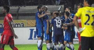 Pemain Persib Bandung merayakan gol Sergio van Dijk ke gawang Semen Padang, dalam laga di Stadion Si Jalak Harupat, Sabtu (19/11). (istimewa for jabartoday)