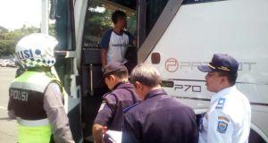 Petugas gabungan melakukan sidak di Terminal Leuwipanjang jelang Idul Adha, Rabu (7/9).