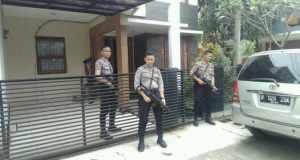 Polisi menjaga penggeledahan rumah tersangka di Komplek GBI, Bojongsoang, Kabupaten Bandung, Selasa (6/12).