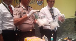 Polisi memerlihatkan barang bukti yang disita dari tersangka pengedar narkoba yang mengendalikan dari dalam lapas pada ekspose di Mapolda Jabar, Senin (5/9).