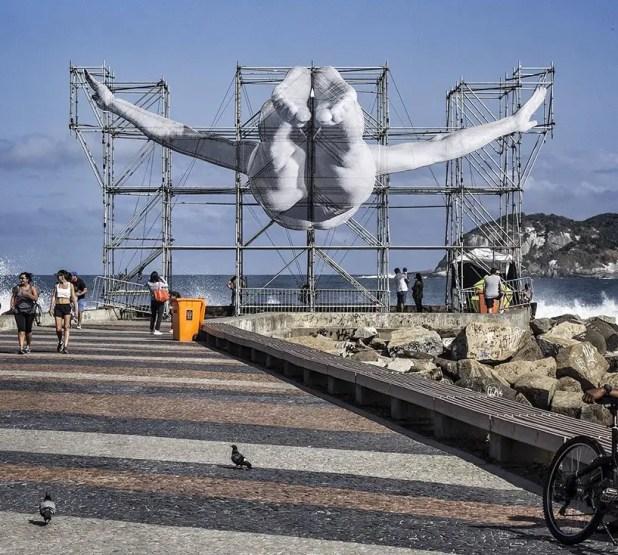 JR-high-jump-flying-rio-de-janeiro-brazil-art-installation-designboom-06