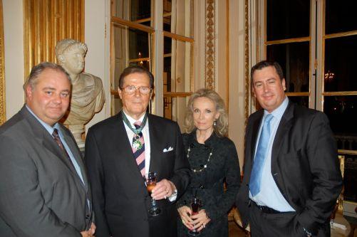 Deux présidents du Club félicitent Roger et son épouse