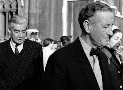 Ivar Bryce et Ian Fleming quittant la High Court de Londres après la conclusion du procès Thunderball.