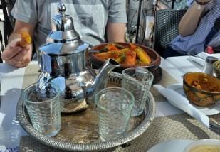"""Parzy się """"berberian whiskey"""", czyli bardzo słodka i aromatyczna herbata miętowa i pierwszy tadżin (mega pachnący) czeka na pochłonięcie ;)"""