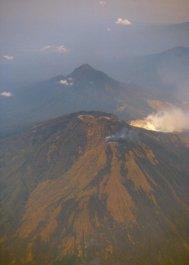 Bali - wyspa wulkaniczna ukształtowana przez erupcje. 8 stopień szerokości południowej, długość 145 km/szer 80 km, 3 mln mieszkańców.