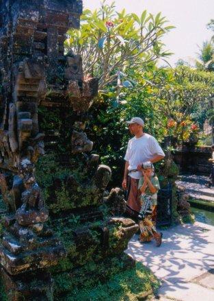 Świątynia jest miejscem BARDZO świętym, należy się stosownie ubrać: sarong i szarfa koniecznie.