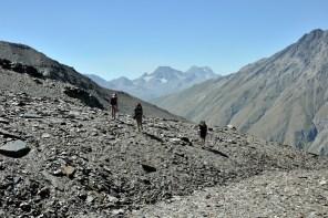 Podejście na przełęcz Iriston Południowy. Koło 3 tys. metrów męczące trawiaste podłoże zmieniło się w upierdliwie osuwające się płytki. Wygląda powulkanicznie.