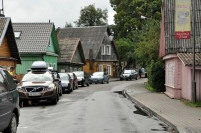 Troki - bardzo sympatyczne, kolorowe miasteczko. Niegdyś mieszanka kulturowa: chrześcijanie, karaimi, żydzi, muzułmanie. Tu uliczka karaimska.