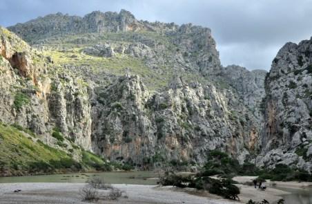 Ujście kanionu Torrent de Pareis (kanion po prawej). Jest plaża, jest jeziorko, są skały.