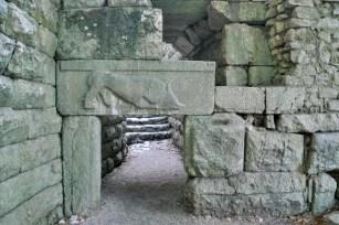 Witaj w Butrincie! Brama Lwa! Tak, głównie widać byka, ale to lew go pożera. Park archeologiczny z pozostałościami z IV w.p.n.e - największy w Albanii i poza granicami Grecji i Rzymu.