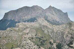 Puig Major w całej okazałości, 1445 m, najwyższy szczyt Majorki i całych Balearów. Szczyt objęto zamkniętą strefą wojskową i postawiono na nim radar.