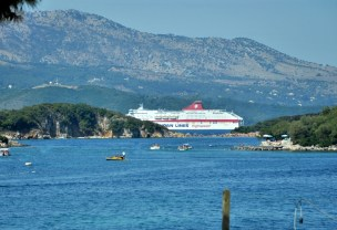 Prom pomykający na Korfu.