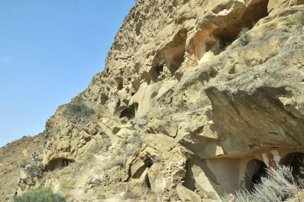 Skalne miasto, mnisze cele i cerkwie z dobrze zachowanymi prastarymi freskami znajdują się po azerbejdżańskiej stronie.