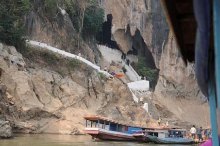 Jaskinie Pak Ou, 25 km drogą rzeczną od Luang Prabang. wejście do jaskini Tham Ting.