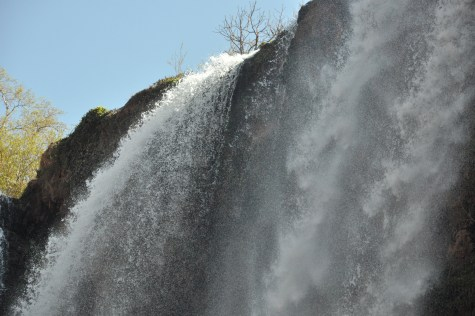 """Wodospad można obejść pętlą góra-dół-góra z lewej lub prawej strony. My wybraliśmy lewą stronę, patrząc z """"prądem""""."""