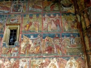 """Malowane ściany na zewnątrz, malowane ściany wewnątrz. To obrazkowa """"Biblia biednych""""."""
