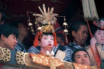 京都祇園祭、長刀鉾の稚児。古来、用事には神霊が降臨しやすいとされ、 稚児に選ばれた子どもたちが祭礼にシンボルとなることも多い。