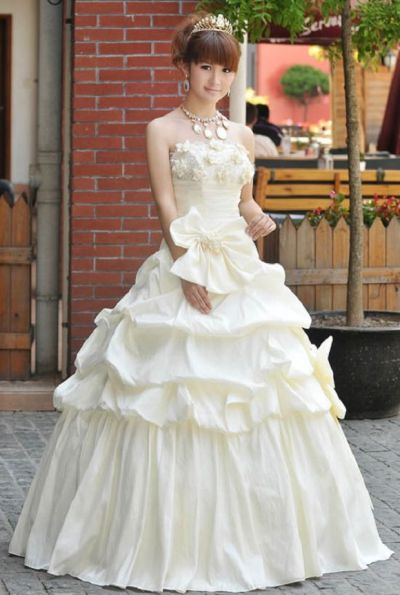 Why do so many Japanese brides rent their wedding dresses ...