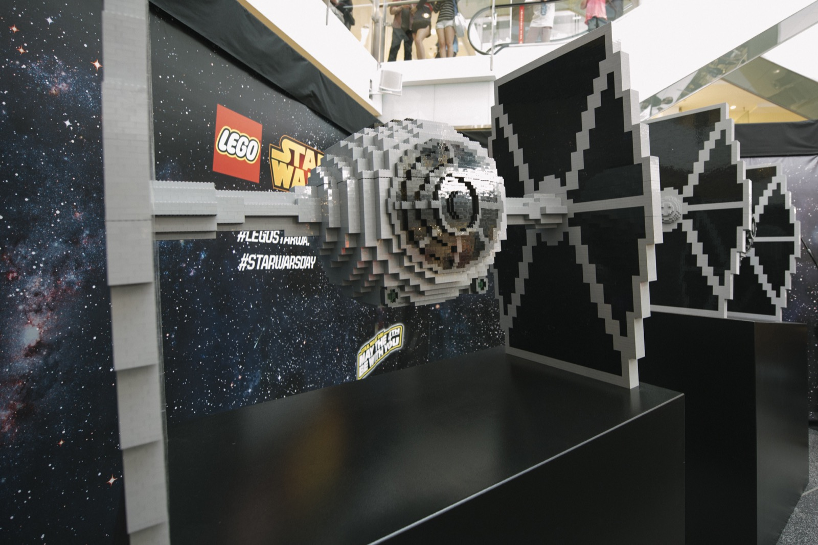 Exposer Son Millennium Falcon Lego Star Wars Star Wars Father Son Master Builder Duo Unveil World 39s Largest Lego