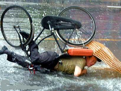 sudah-jatuh-ditimpa-sepeda