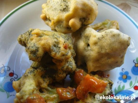 Różyczki z brokuł i krążki cebulowe w cieście curry