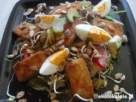 Sałatka z jajkiem, smażonym tofu i prażonymi pestkami dyni