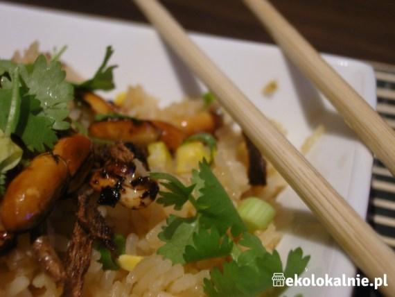 Tajski smażony ryż z chrupiącym imbirem